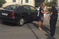 La alcaldesa desciende, ayer, de un viejo coche oficial.