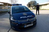 Una patrulla de la Policía Nacional junto a un vehículo oficial.