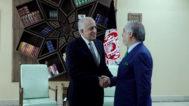 El enviado especial de EEUU, Zalmay Jalilzad, le da la mano al jefe del Ejecutivo afgano, Abdullah Abdullah, en Kabul, Afganistán.