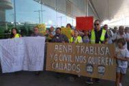 Trabajadores de Trablisa, este mediodía, durante la protesta.