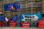 Banderas a favor y en contra del Brexit permanecen colgadas en el Parlamento británico, en el centro de Londres, Reino Unido.