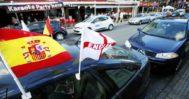 Un vehículo con banderas de España e Inglaterra, aparcado en una de las zonas de ocio británicas de Benidorm.