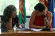 Betlem Albero, izq., (Compromís) y Esther Lara (PSPV) oficializan, este lunes, el Acord del Replà.