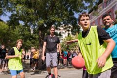 El jugador de baloncesto y presidente de la Fundación Gasol, Pau Gasol, en una actividad deportiva junto a niños del colegio José Calvo Sotelo de Madrid, este martes.
