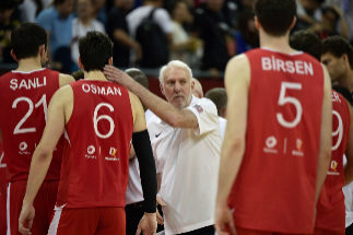 Gregg Popovich (C), coach of the US, consoles Turkey's Cedi Osman (2nd L) during the Basketball World Cup Group E game between US and Turkey in Shanghai on September 3, 2019. (Photo by HECTOR RETAMAL / AFP)