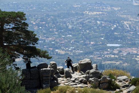 Un agente del equipo de rescate en montaña en la zona de los Siete Picos donde se sigue con la búsqueda de la ex esquiadora española Blanca Fernández Ochoa