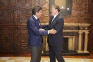 Carlos Mazón saluda a Ximo Puig en la reunión que ambos han mantenido en el Palau de la Generalitat.