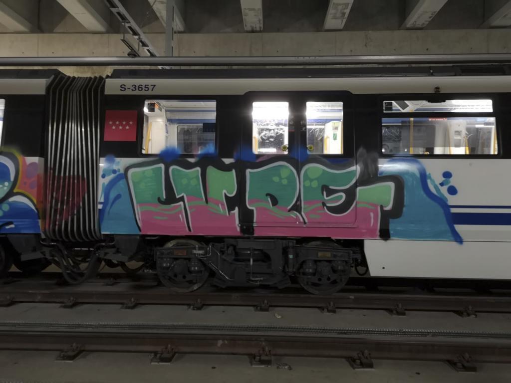 Un grafiti pintado en un vagón del metro.