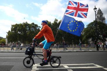 Un manifestante anti Brexit con la Union Jack y una bandera de la UE.