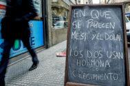 Cartel con una broma sobre el dólares en una calle de Buenos Aires.