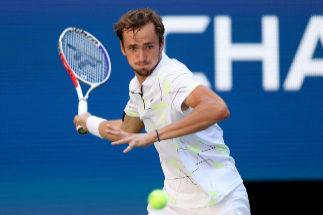 Medvedev, primer semifinalista del US Open pese a las molestias en el cuádriceps