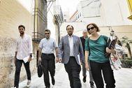 La delegación de Hacienda, encabezada por el conseller Vicent Soler, a su llegada a la reunión con la vicepresidenta primera del Consell.