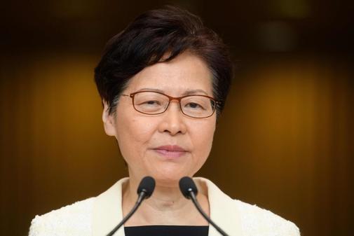 Carrie Lam, jefa del Gobierno de Hong Kong, habla con los medios de...