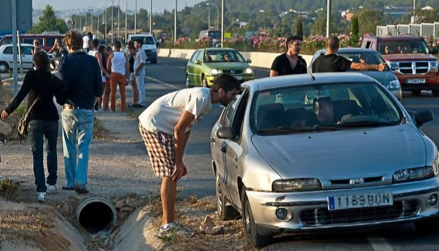 Taxista 'pirata' ofrece sus servicios en las inmediaciones de una discoteca de Ibiza.
