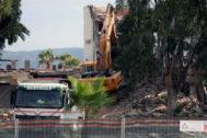 Trabajos de demolición del viejo restaurante Ortega Playa en el edificio del Círculo Mercantil, este martes.
