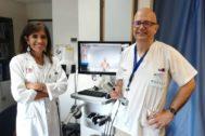 Los doctores Isabel Betlloch y José Bañuls junto al microscopio confocal láser
