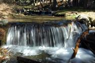 Una de las cascadas que forma el arroyo de Navalmedio en las cercanías de la pradera de Las Cortes, en Cercedilla.