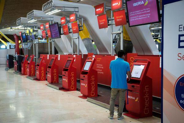 Mostradores de embarque digital en el aeropuerto de Madrid Barajas.