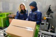 Alicia Sena, una de las nuevas incorporaciones en el Departamento de Informática, durante su formación en los procesos logísticos de la compañía.