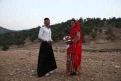 Dos jóvenes iraníes posan para una fotografía durante la celebración de su boda, en la provincia de Chahar Mahal y Bajtiari, en Irán.