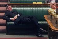 El diputado ultraconservador Jacob Rees-Mogg se tumba en los escaños de Westminster durante la sesión de ayer, en Londres.
