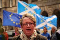 Joanna Cherry, diputada del Partido Nacional Escocés (SNP), habla a la prensa frente al Tribunal de Sesiones de Edimburgo, Escocia, el 30 de agosto de 2019.