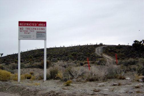 Cartel de advertencia en la entrada del Área 51.