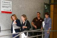 La ex secretaria general del PP, Dolores de Cospedal (izqda.), tras declarar en el juicio.
