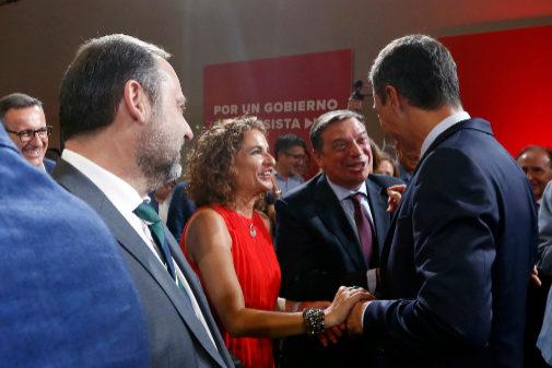 El presidente del Gobierno en funciones, Pedro Sánchez, saluda a la...