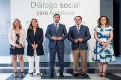 Moreno, junto a la consejera de Empleo, el presidente de la CEA y las secretarias generales de CCOO y UGT.