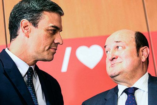 El presidente, ayer, en su encuentro con el líder del PNV, Andoni...