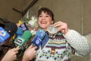 GRAF6444. BARAJAS (MADRID), 04/09/2019.- Fotografía de archivo tomada el 03/03/1992 de la esquiadora <HIT>Blanca</HIT> <HIT>Fernández</HIT> Ochoa, rodeada de periodistas, a su llegada al aeropuerto de Barajas, tras ganar la medalla de bronce en el eslalon de los Juegos Olímpicos de Albertville, Francia. EFE/Kote