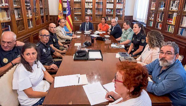 Reunión de la comisión mixta creada para luchar contra la violencia de género, presidida ayer por Diego Gómez-Reino.