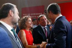El presidente del Gobierno en funciones, Pedro Sánchez, saluda a la ministra de Hacienda mientras habla con el ministro de Agricultura.