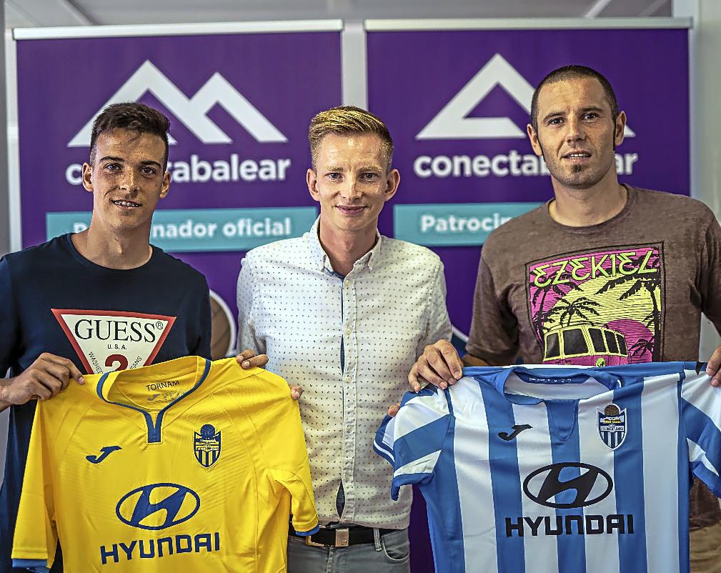Alberto Gil y Diego Cervero posan junto a Patrick Messow, director deportivo del club.