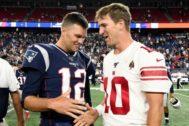 Tom Brady (i.), de los Patriots, y Eli Manning (d.) de los Giants.