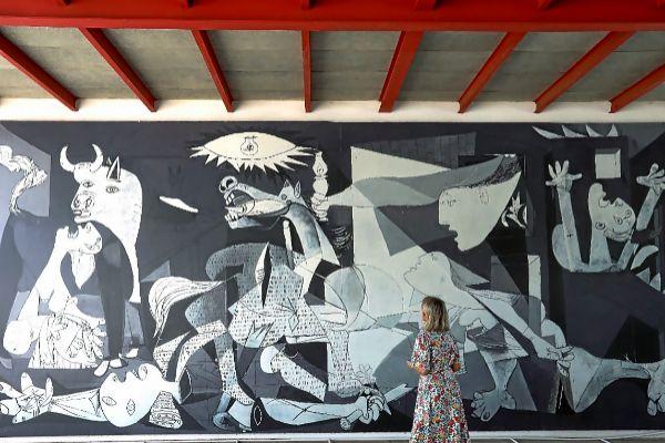 Una reproducción del 'Guernica' en su emplazamiento original, el Pabellón de la República.