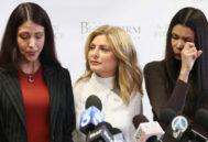 La abogada Lisa Bloom con Faviola Dadis (izq.) y Regina Dimons, que acusaban al actor Steven Seagal de abusos sexuales.