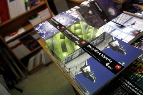 Libros de texto de secundaria en una librería de Madrid.