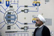 El presidente iraní visita la sala de control de la central nuclear de Bushehr, Irán, en enero de 2015.