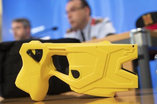 Responsables de los Mossos presentan las pistolas Taser de la policía...