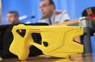 Responsables de los Mossos presentan las pistolas Taser de la policía autonómica.