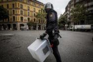 Un policía con una urna el 1-O