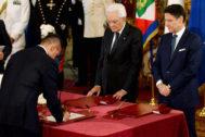 El nuevo ministro de Exteriores italiano, Luigi Di Maio, jura frente al presidente Mattarella y el 'premier' Conte su nuevo cargo, en Roma.