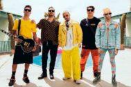 Los miembros de Reik con J Balvin y Lalo Ebratt en el rodaje de Indeciso, su nuevo single