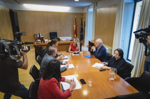 Reunión de representantes del PP y de la AVT, hoy, en el Congreso.