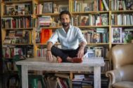 El escritor y director teatral Pablo Remón en su casa.