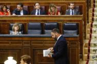 Santiago Abascal (Vox) pasa por delante de la bancada del PP.