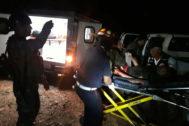 Un soldado herido es asistido tras una emboscada por presuntos narcotraficantes, en el municipio de El Estor, en el departamento de Izabal, Guatemala.
