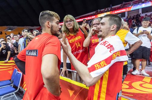 Guangzhou (China).- Willy <HIT>Hernangomez</HIT> Geuer of Spain (L)...